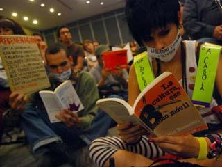 Protesta de jóvenes contra el cobro del acceso a la FIL